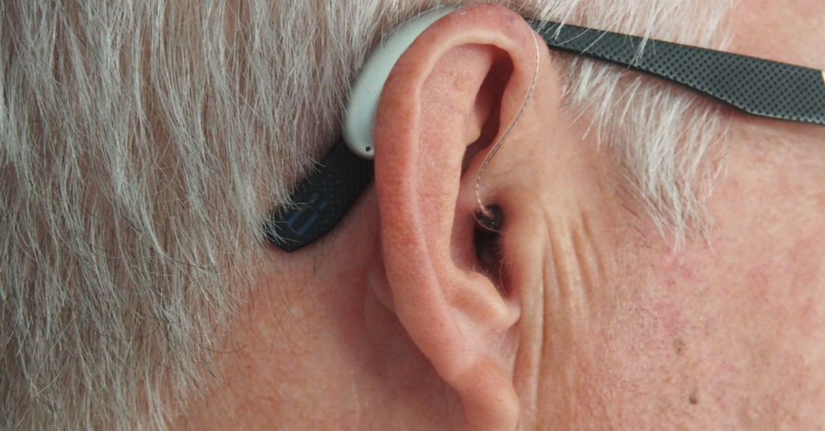 picture of man with hearing aids and glasses from platinum hearing aids in detroit